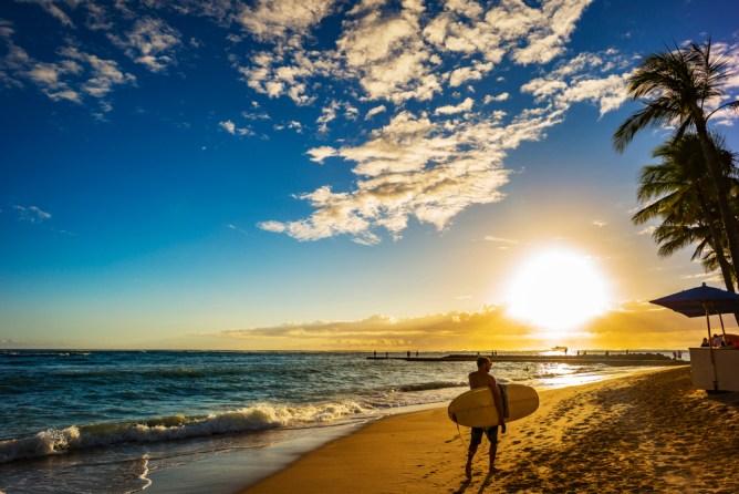ハワイ ワイキキ ビーチ 夕暮れ時